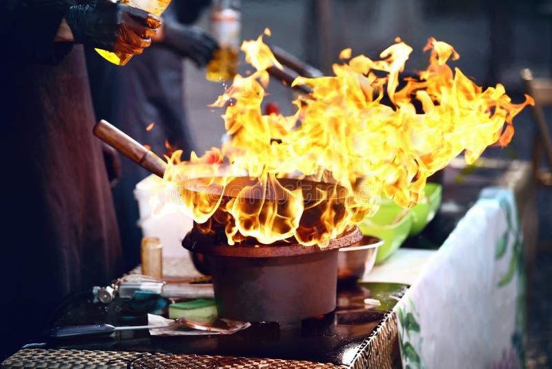 Het festival van het straatvoedsel Kokend voedsel op brand stock afbeelding