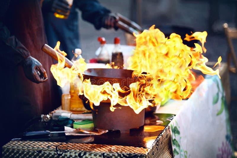 Het festival van het straatvoedsel Kokend voedsel op brand stock foto