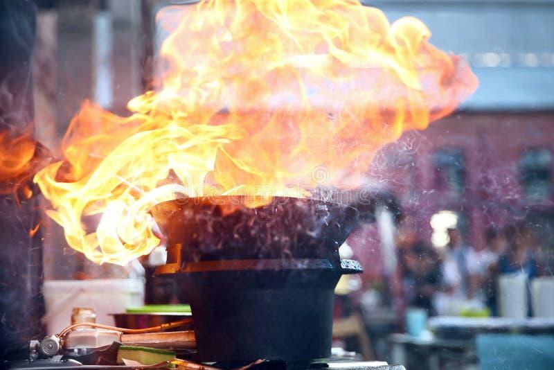 Het festival van het straatvoedsel Kokend voedsel op brand stock afbeeldingen