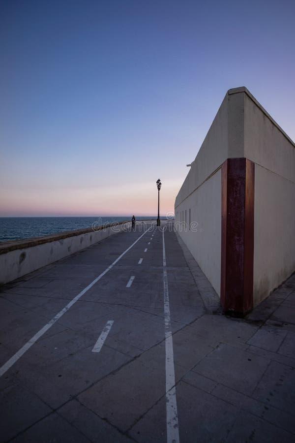 Het Fietspad van Spanje Andalusia op strandboulevard oceaanzonsondergang royalty-vrije stock fotografie