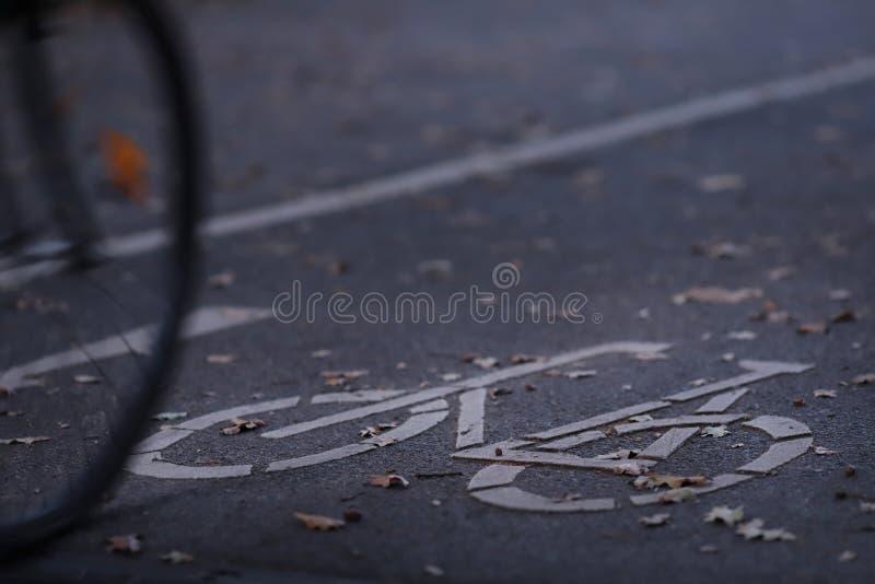 het fietspad in vroeg ochtendlicht met een fiets die in beeld - het stedelijke omzetten drijven - kopieert ruimte voor tekst stock foto's