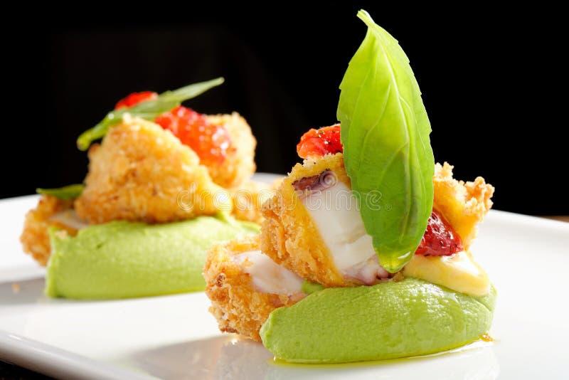 Het fijne dineren, Fried Octopus op basilicummousse royalty-vrije stock afbeelding