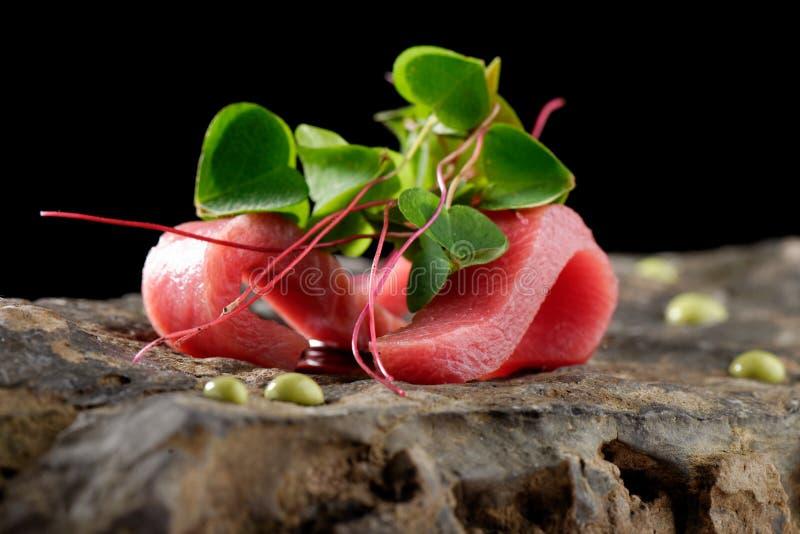 Het fijne dineren, Tonijnsashimi en Wasabi-saus stock afbeelding