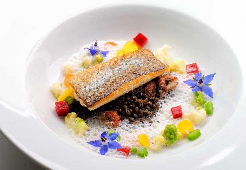 Het fijne dineren, wit visfilet gepaneerd in kruiden en kruid met garnalen stock foto