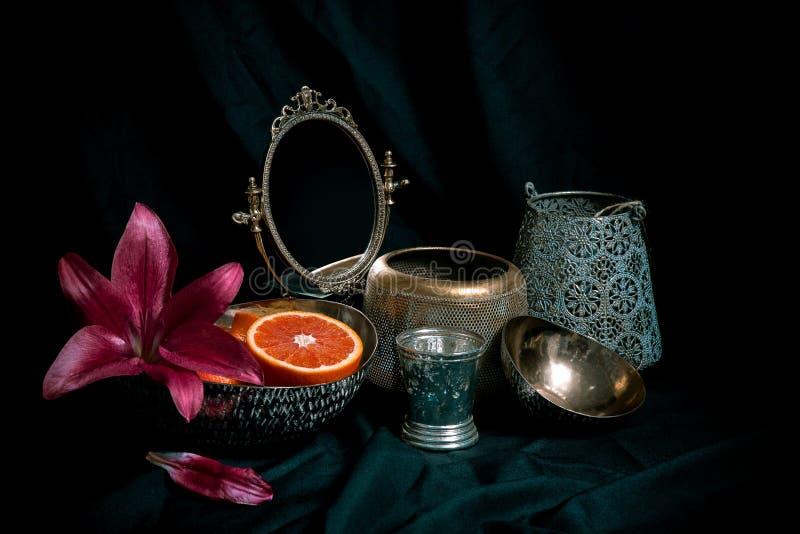 Het fijne rustige stilleven van de kunststijl met antieke decorpunten op donkere achtergrond Samenstelling van vazen, bloemen, sp royalty-vrije stock fotografie