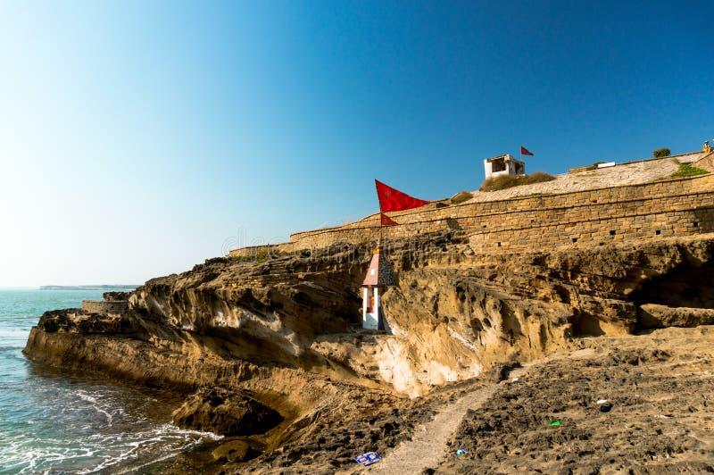 Het filteren van schot van een Hindoese tempel nestelde zich in een klip overziend het Arabische overzees in Diu Gujarat India stock afbeelding