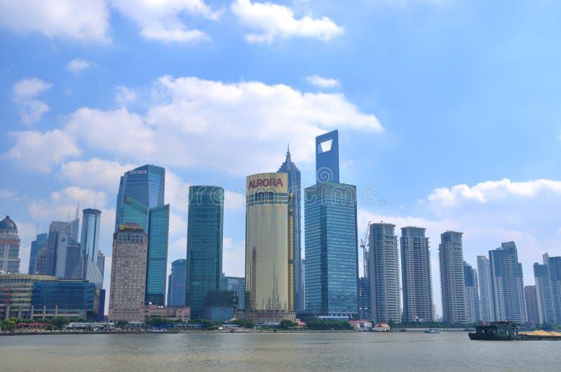 Het financiële centrum van Shanghai en rivier Huangpu stock foto's