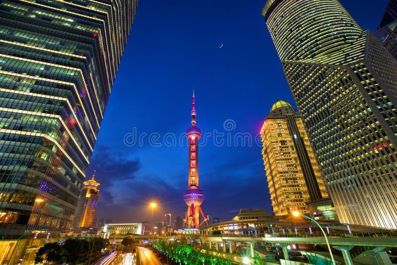 Het financiële district van Shanghai bij nacht stock foto