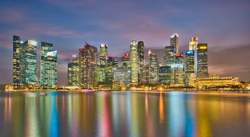 Het Financiële District van Singapore bij Schemer stock afbeeldingen
