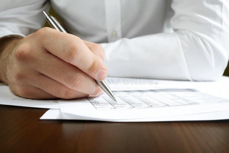 Het financiële gegevens analyseren. stock afbeelding