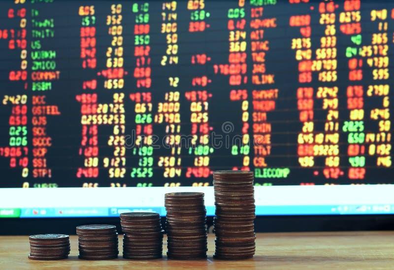 Het financiële geld van het de groeiconcept Grafiek van muntstukken aan boord van voorraad royalty-vrije stock fotografie