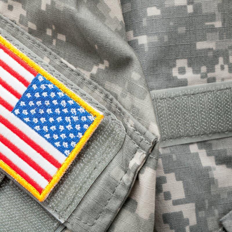 Het flard van de de vlagschouder van de V.S. op militaire eenvormig - studioschot stock foto