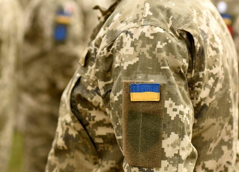 Het flardvlag van de Oekraïne op eenvormig leger Militaire eenvormig van de Oekraïne het UK royalty-vrije stock foto