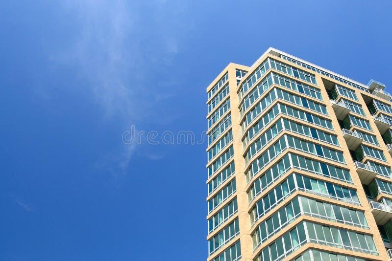 Het flatgebouw met koopflats van de luxe stock afbeeldingen
