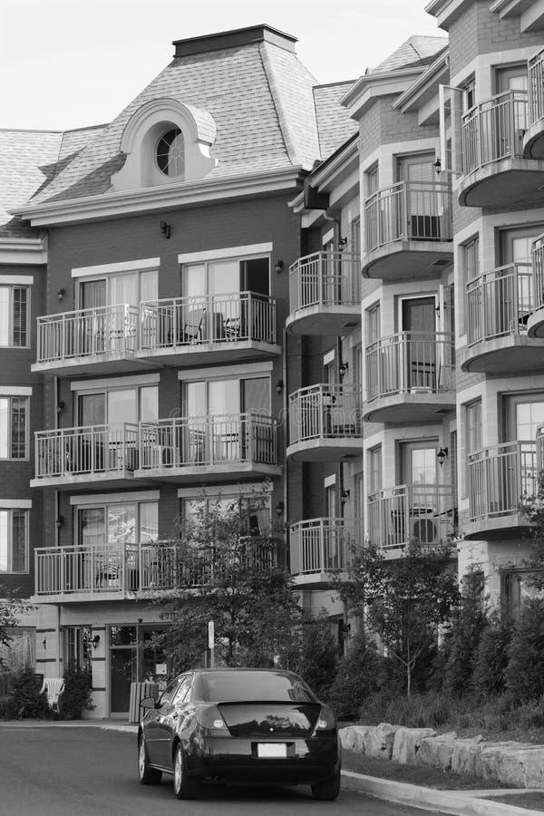 Het flatgebouw met koopflats van de luxe royalty-vrije stock afbeeldingen