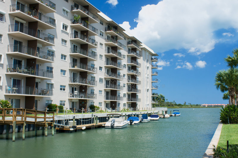 Het flatgebouw met koopflats van de waterkant het leven stock afbeelding