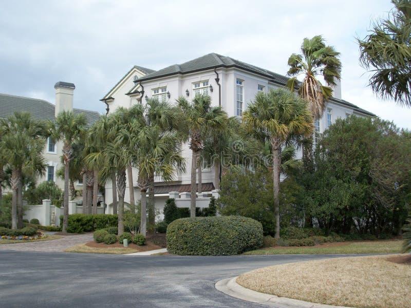 Het flatgebouw met koopflats van Florida met palmen stock foto