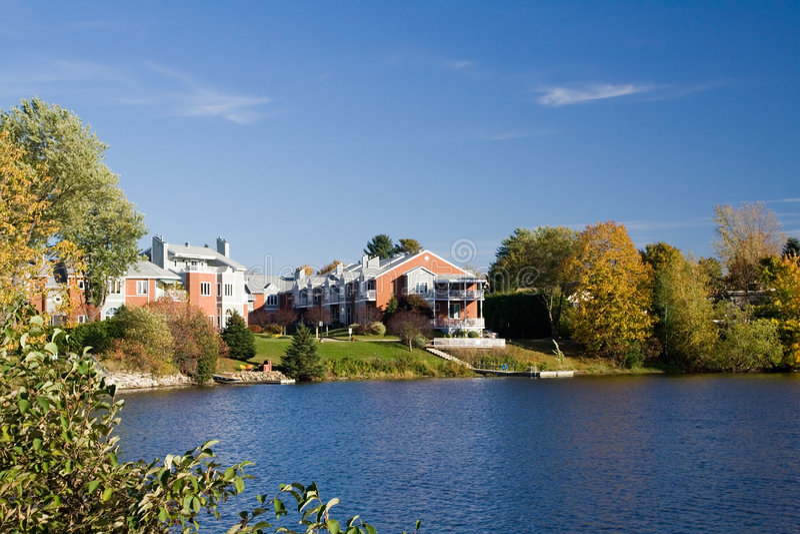 Het Flatgebouw met koopflats van Lakefront stock afbeeldingen