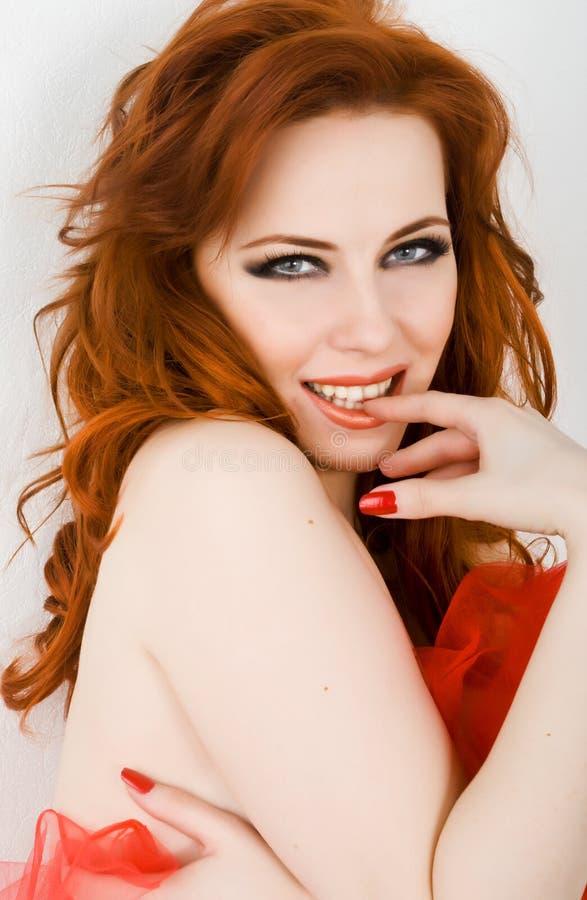 Het flirt van de roodharige stock fotografie