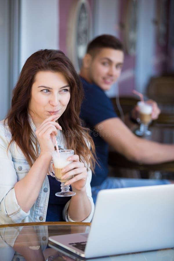 Het flirten in een koffie royalty-vrije stock afbeelding