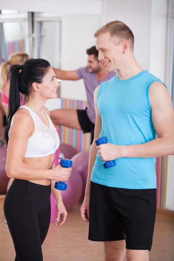 Het flirten met persoonlijke trainer stock afbeelding