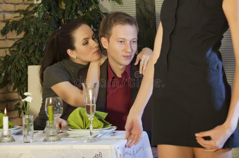 Het flirten in restaurant royalty-vrije stock foto's
