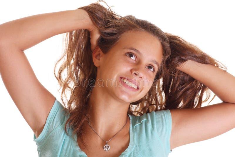 Het fluffing haar van het meisje stock foto