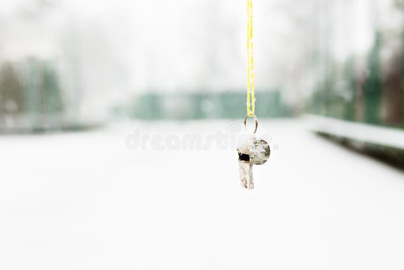 Het fluitje hangt op de achtergrond van de winterweer Sporten in de winter royalty-vrije stock foto