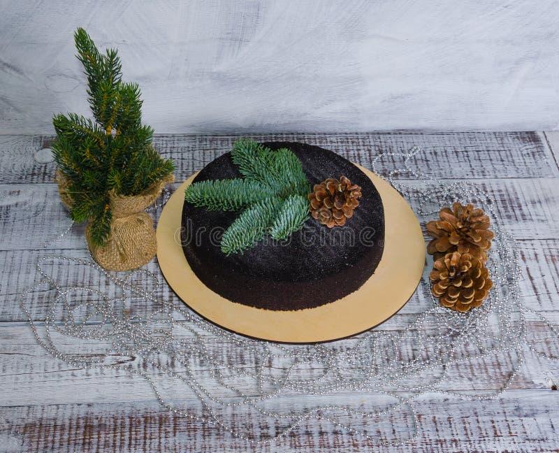 Het fluweelcake van de Kerstmischocolade met pinecone op hout wordt verfraaid dat stock foto