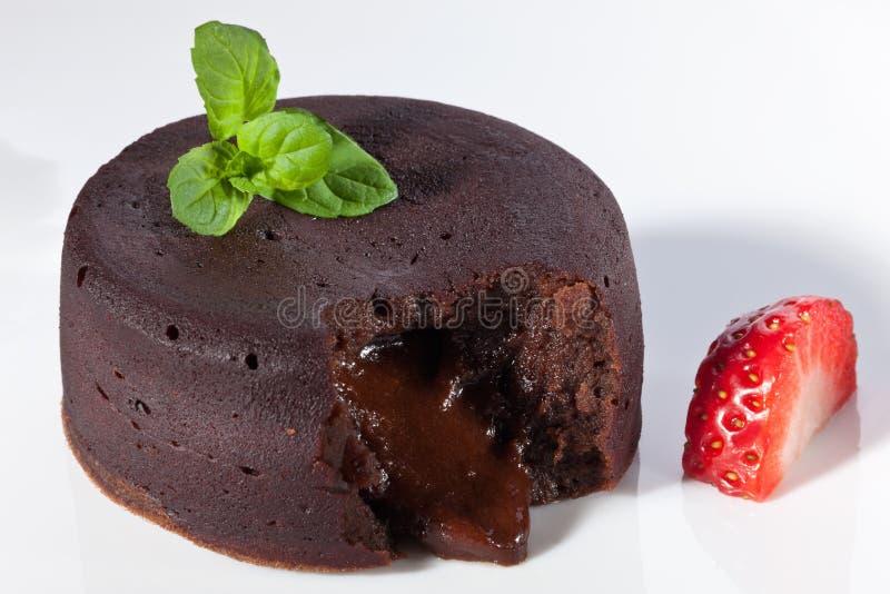 Het fondantje van de chocolade met aardbei stock afbeeldingen