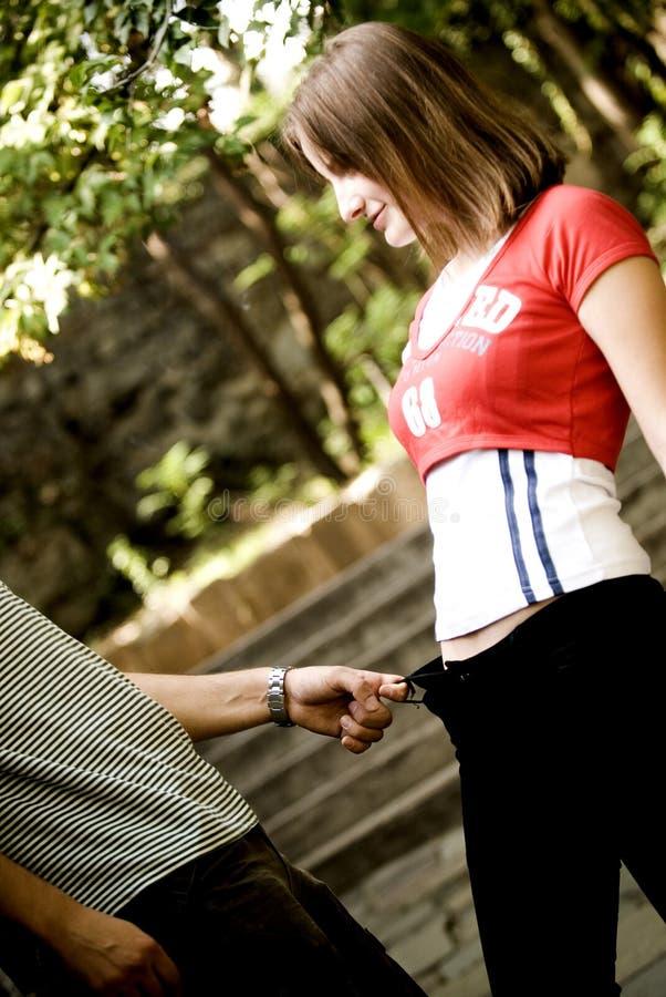 Het fooling van het paar rond in park stock foto