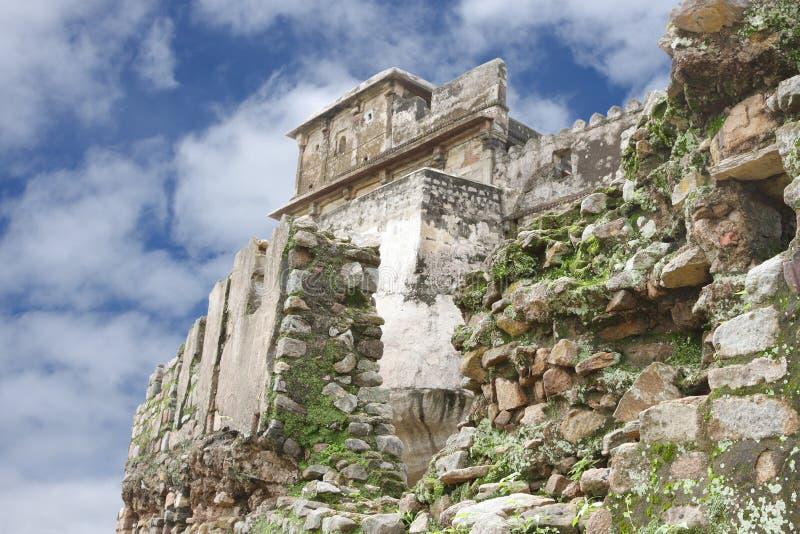 Het fort van Mahal van Madan door de ruïnes van oude gebroken muur stock fotografie