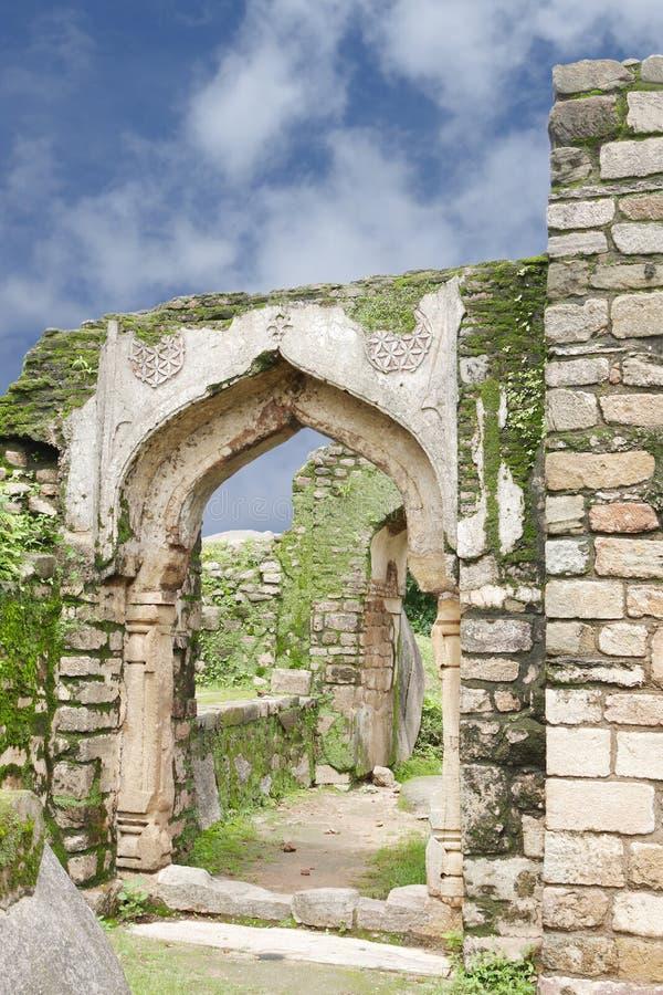 Blijft van overwelfde galerij in het fort van Madan Mahal, Jabalpur, India stock afbeelding