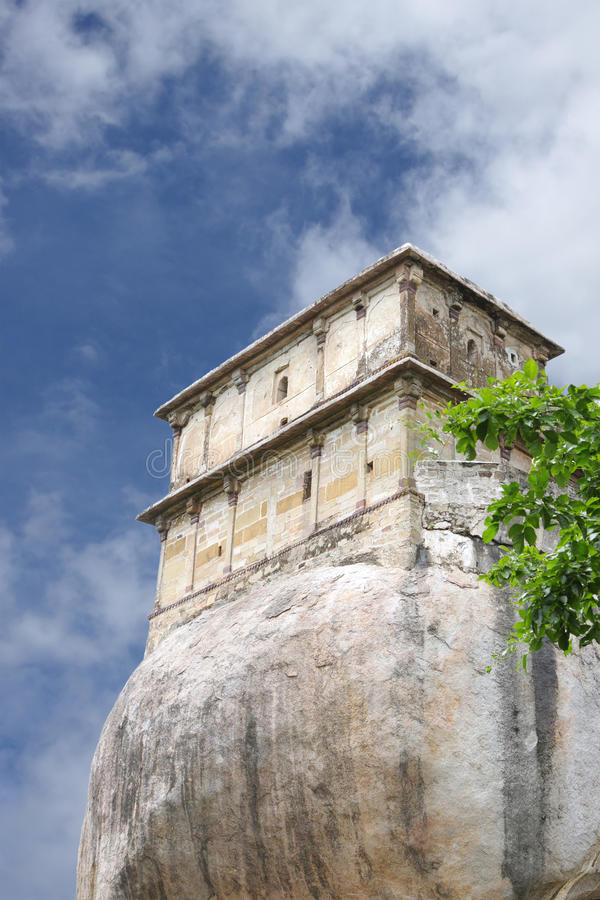 Oostelijke blokken van het oude fort van Madan Mahal, Jabalpur, India stock afbeelding