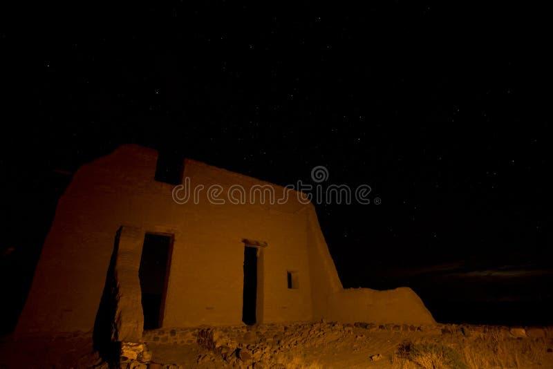 Het fortruïnes van de adobe bij nacht stock foto's