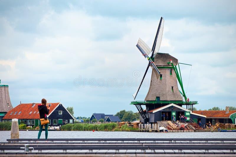 Het fotograferen van de molens van Zaandam, Nederland royalty-vrije stock afbeeldingen
