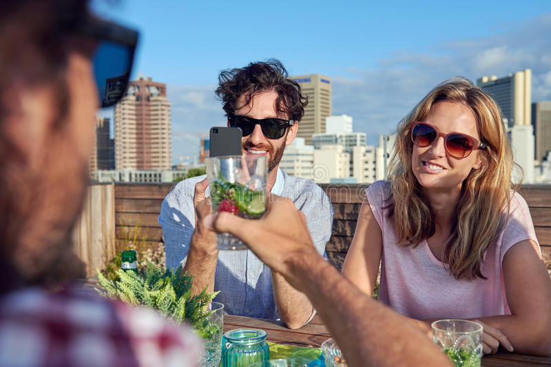 Het fotograferen van drankentoejuichingen royalty-vrije stock fotografie