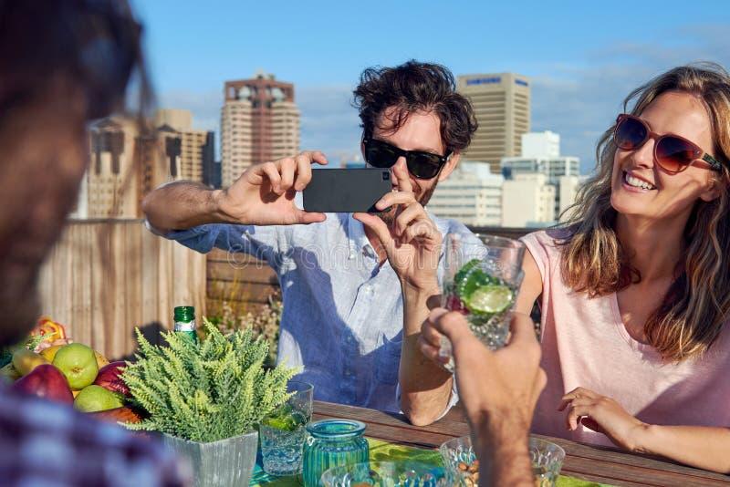 Het fotograferen van drankentoejuichingen royalty-vrije stock foto's
