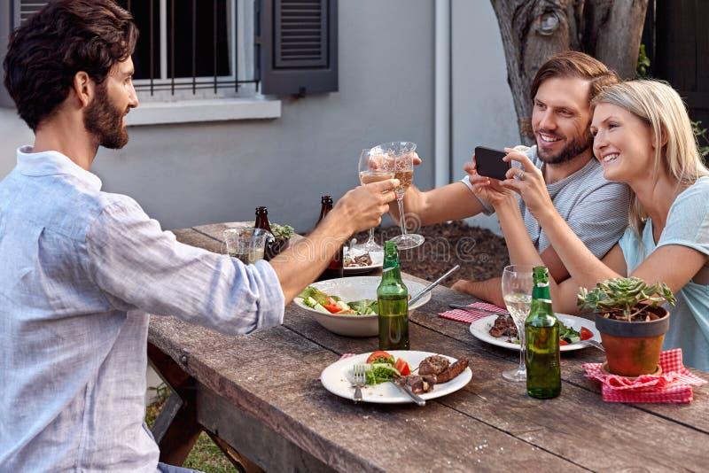 Het fotograferen van drankentoejuichingen royalty-vrije stock afbeeldingen