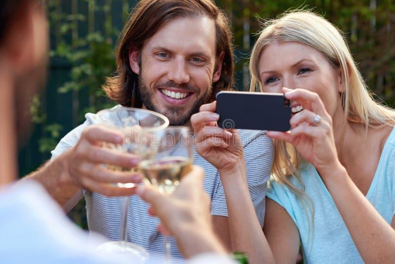 Het fotograferen van drankentoejuichingen stock foto