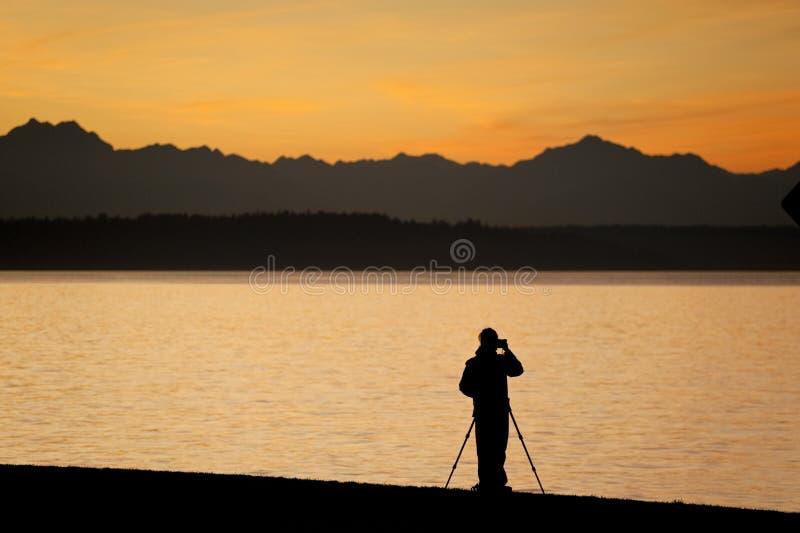 Het fotograferen van een Dramatische Zonsondergang over de Olympische Bergen, Seattle Washington royalty-vrije stock afbeeldingen