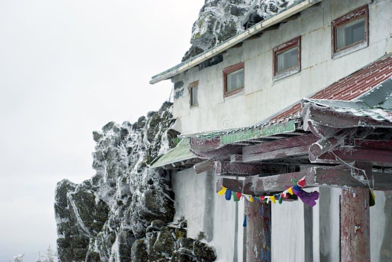 Het fragment van een gebouw maakte aan de rots in een berg Boeddhistisch klooster vast royalty-vrije stock afbeelding