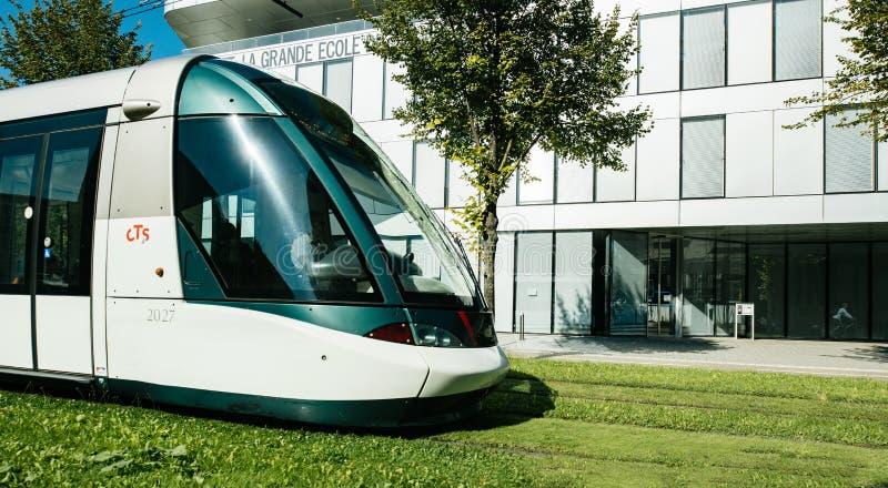 Het Franse tramspoor drijven dichtbij Institut nationale des etudes ter royalty-vrije stock afbeelding
