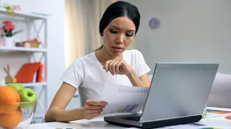 Het freelance document werkende laptop van de ontwerperholding thuis, werkbelastingsuiterste termijn royalty-vrije stock afbeelding