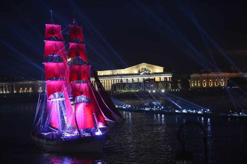 Het fregat nam aan de schoolgraduaties van festiviteitentekens deel viert de festival Scharlaken Zeilen zijn tiende verjaardag stock foto