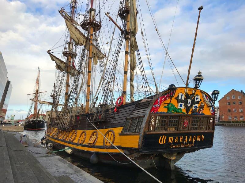 Het Fregat Shtandart is de nauwkeurige die replica van de mens-van-oorlog door Peter Groot in 1703 wordt gebouwd royalty-vrije stock foto's
