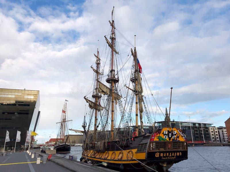 Het Fregat Shtandart is de nauwkeurige die replica van de mens-van-oorlog door Peter Groot in 1703 wordt gebouwd royalty-vrije stock foto