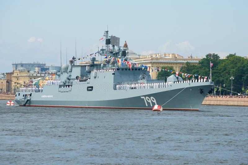 ` Het fregat van admiraalsMakarov ` op de zeeparade ter ere van Marinedag royalty-vrije stock afbeeldingen