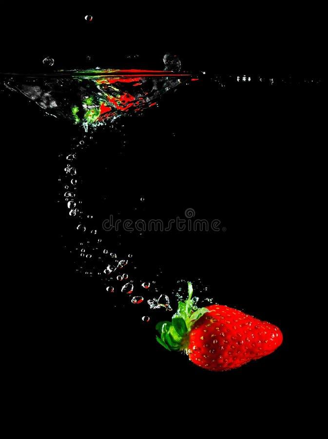 Het fruit van de aardbei in water royalty-vrije stock foto