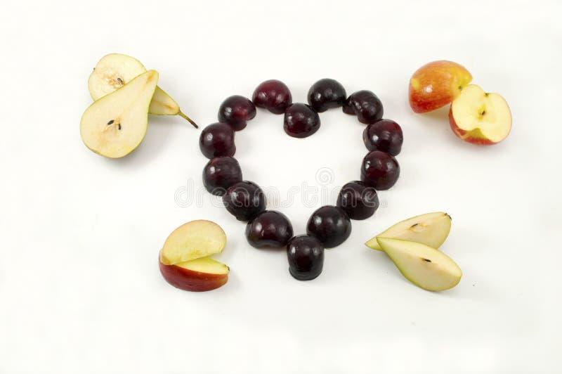 Het fruit van de liefde, selectie van fruit in hartvorm stock foto